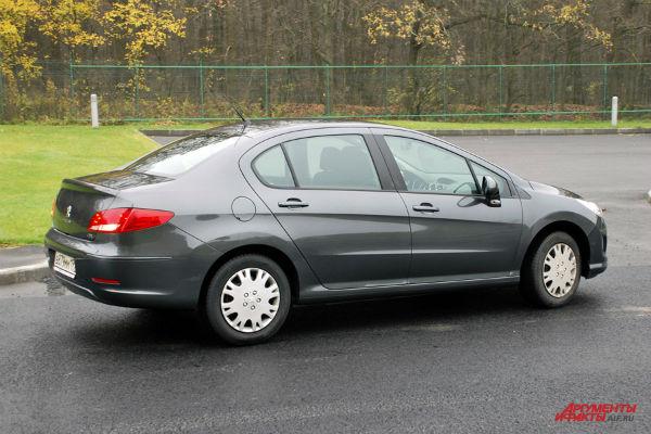 Во внешности Peugeot 408 элегантность сочетается с консерватизмом бюджетного семейного седана. То есть выглядит он не очень современно.
