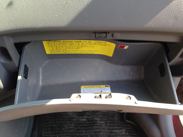 Открываем бардачок Hyundai Accent, чтобы добраться до салонного фильтра
