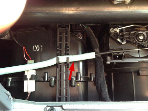 Трос управления системой вентиляции надо вытащить из крепления вверх