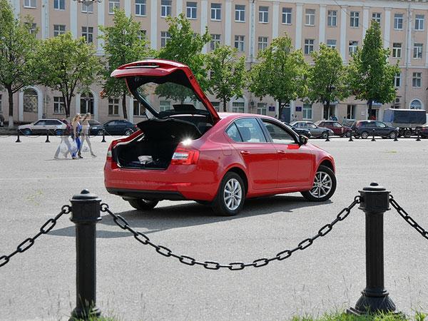 Багажник в Octavia New подкупает правильной формой, хорошей отделкой, полноразмерным запасным колесом, двухсторонним ковриком сетками и кармашками