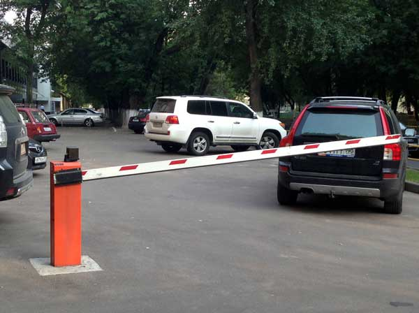 Cтоличные власти собираются значительно упростить процедуру установки шлагбаумов при въезде во двор. Фото: afftomobil.ru