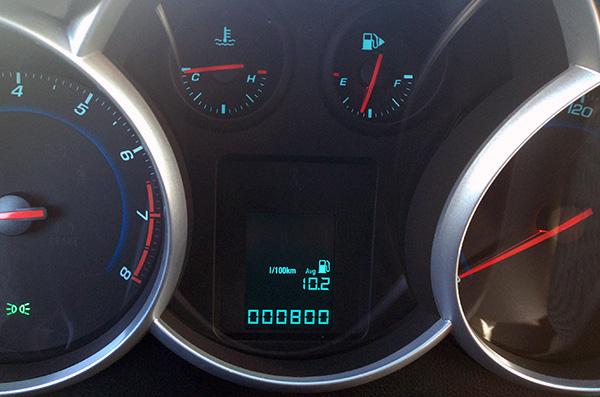 Бортовой компьютер показывает, что Шевроле Круз расходует 10,2 литра на 100 км