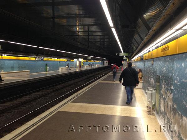 Метро в Мадриде удобное, тихое, но на многих станциях стены в жутком состоянии.
