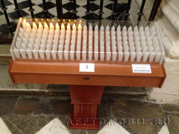 Как в испанской церкви поставить свечку? Очень просто - брось монетку - загорится лампочка на электронной свечке.