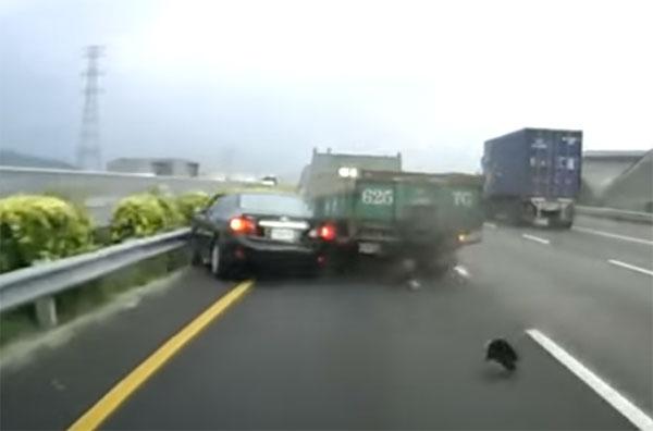 Лопнуло колесо на скорости, что привело к аварии и выезду на встречку
