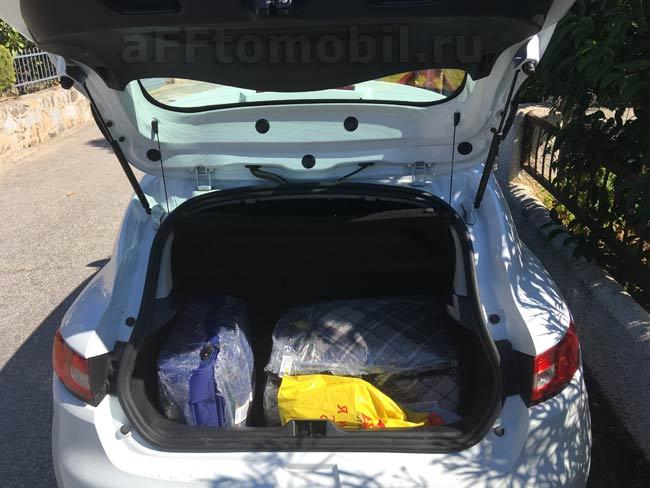 Объем багажника Рено Клио 300 литров. Туда влезает 2 чемодана