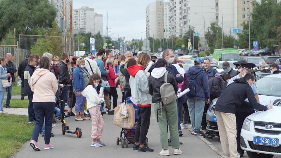 Жители Митино вышли на улицу в знак протеста против строцки торгового комплекса